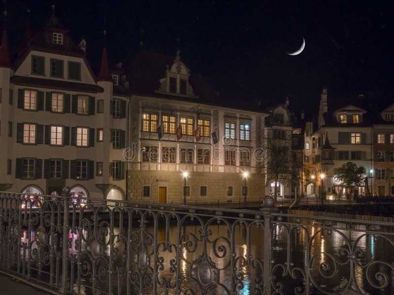 Paysage urbain suisse classique au jour pluvieux d'automne, luzerne, Suisse photo libre de droits