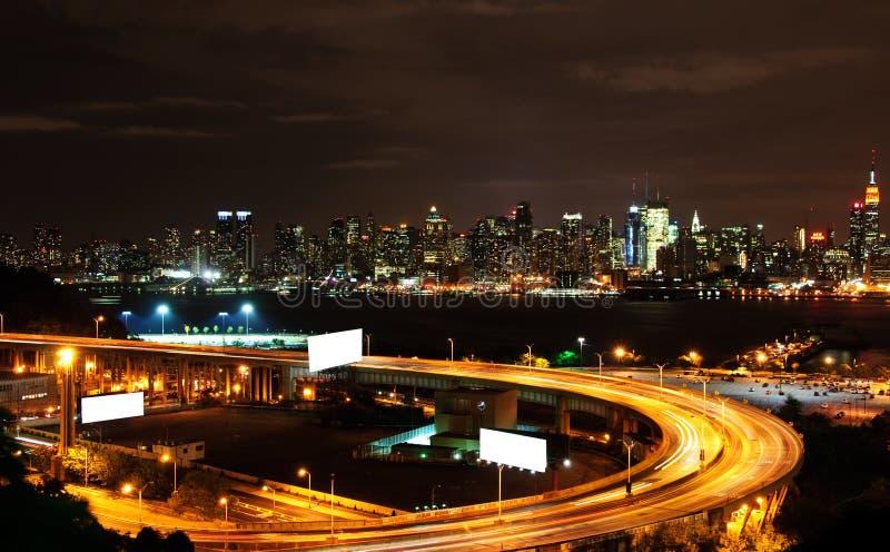 Paysage urbain vibrant de nyc de nuit, l'espace d'annonce images stock