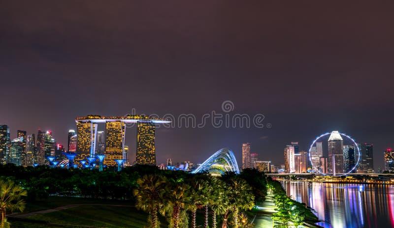 Paysage urbain ville moderne et financière de Singapour en Asie Point de repère de baie de marina de Singapour Paysage de nuit du images libres de droits