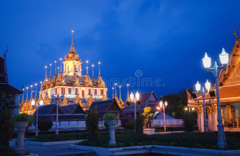 Paysage urbain Wat Ratchanatdaram Temple le beau château ou pagoda d'or Bangkok, Thaïlande dans le temps de coucher du soleil image stock