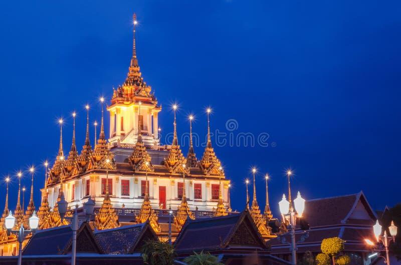 Paysage urbain Wat Ratchanatdaram Temple le beau château ou pagoda d'or Bangkok, Thaïlande dans le temps de coucher du soleil photo libre de droits