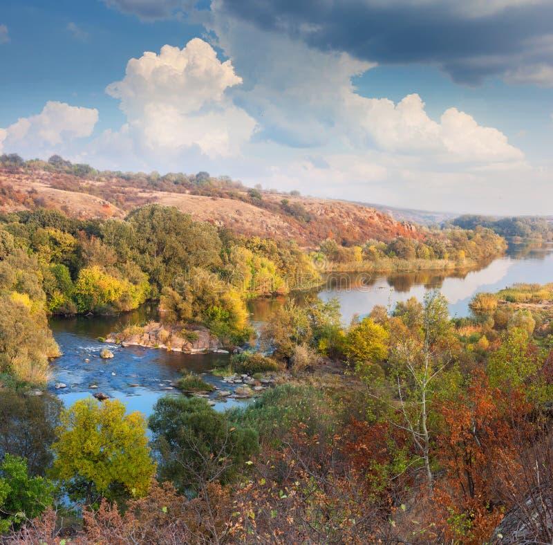Paysage - vallée de rivière en automne, beau jour ensoleillé image stock