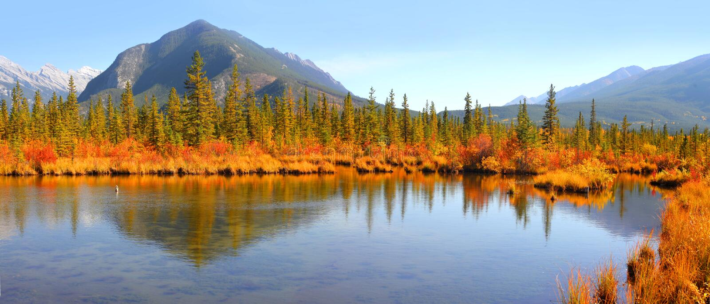 Paysage vermillon de lacs en parc national de Banff photographie stock libre de droits