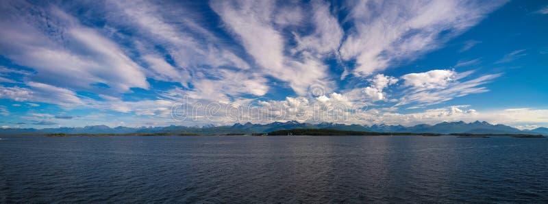 Paysage vers des îles de Midfjorden, de Sekken et de Seteroya chez Molde, Norvège photo libre de droits