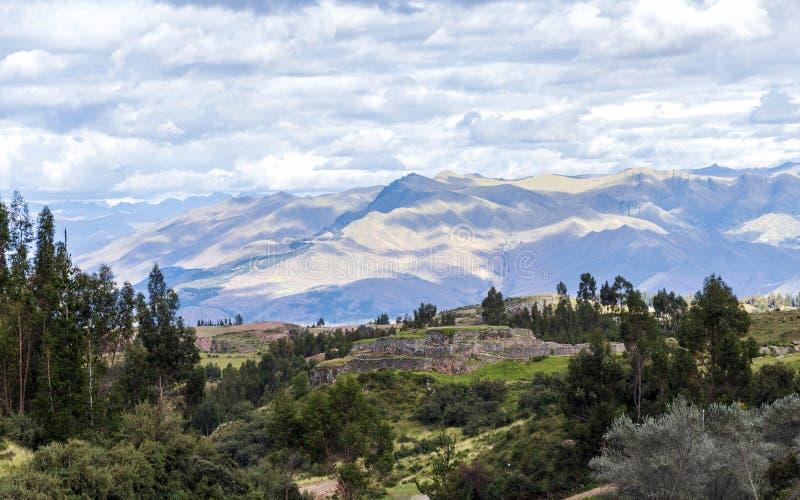 Paysage vert de montagne avec des ruines d'Inca de forteresse Puka Pukara, région de Cusco, Pérou photo libre de droits
