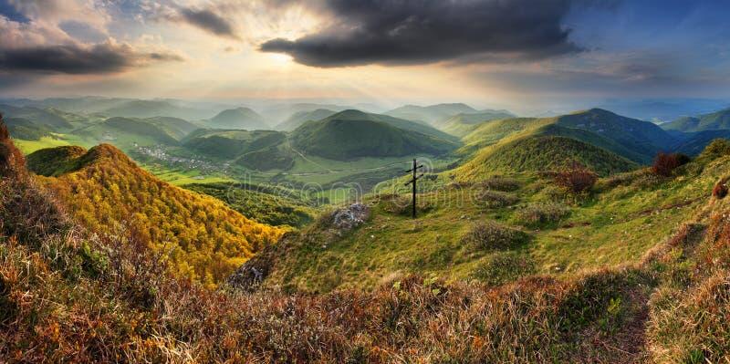 Paysage vert de nature de montagne de la Slovaquie de ressort avec le soleil et l'hôte images stock