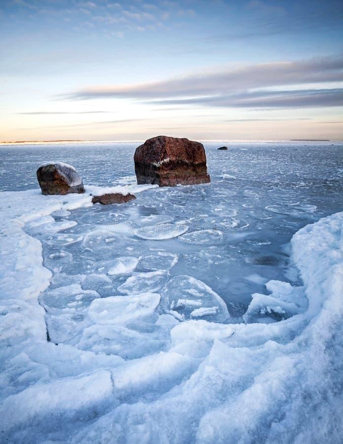Paysage vertical d'hiver avec de la glace et des pierres images libres de droits