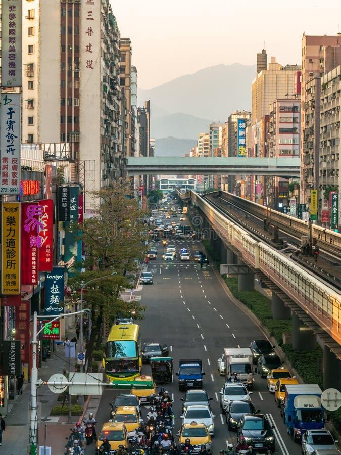 Paysage vertical de vue de ville de Taïpeh avec le trafic le soir image stock