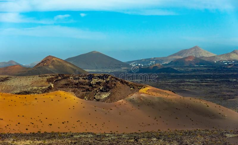 Paysage volcanique au parc national de Timanfaya, île Espagne jaune canari de Lanzarote image stock