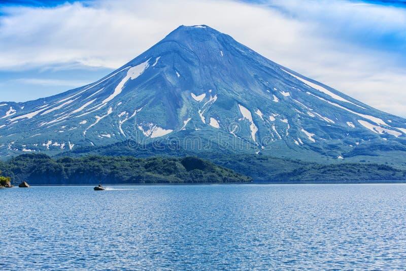 Paysage volcanique d'été pittoresque de péninsule de Kamchatka photographie stock libre de droits