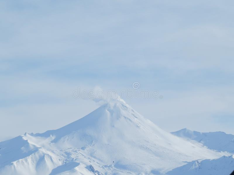 Paysage volcanique de bel hiver de péninsule de Kamchatka : vue de volcan actif de Klyuchevskoy d'éruption au lever de soleil L'E image libre de droits