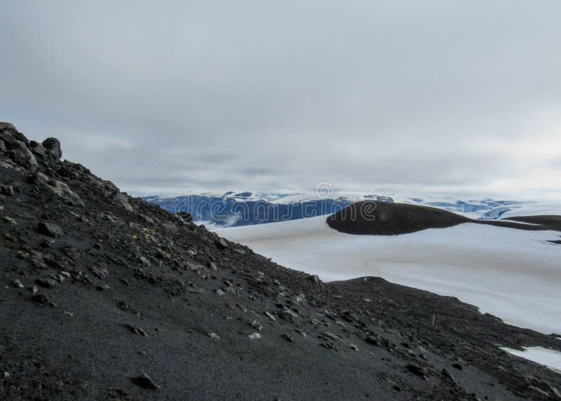 Paysage volcanique de région de Fimmvorduhals entre les glaciers Eyjafjallajokull et Myrdalsjokull, montagnes de l'Islande photos stock