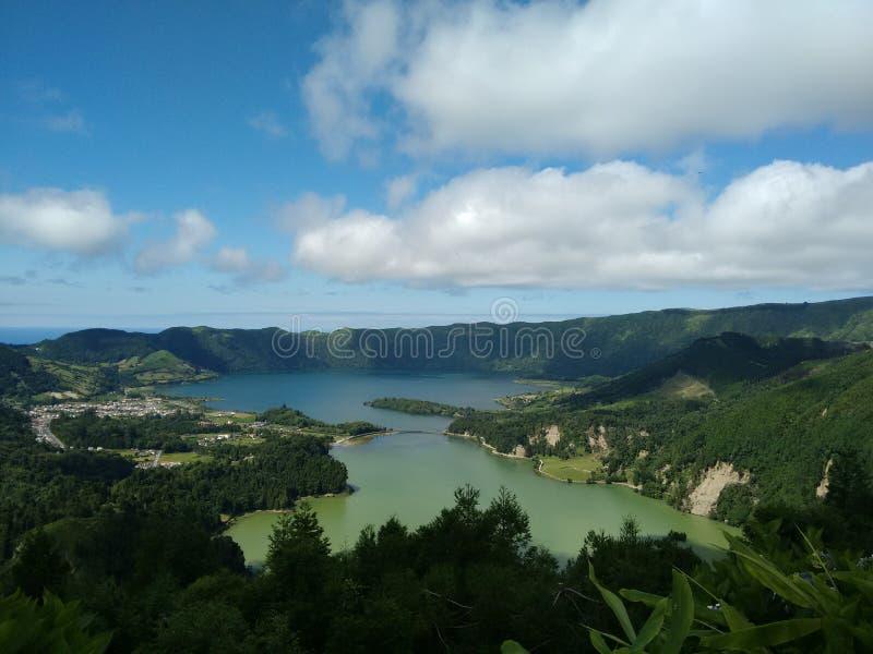 Paysage volcanique - lac et mer image stock