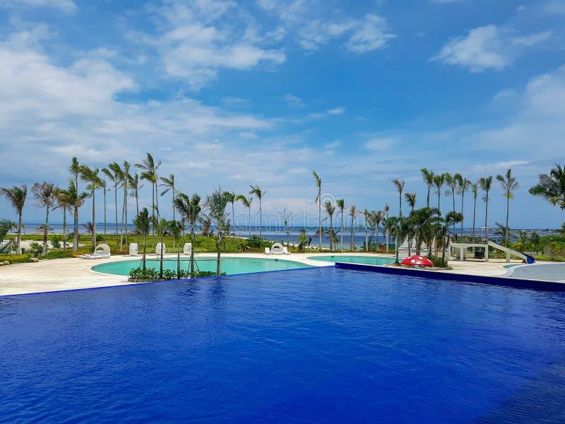 Paysage vu de la piscine de station de vacances photo libre de droits