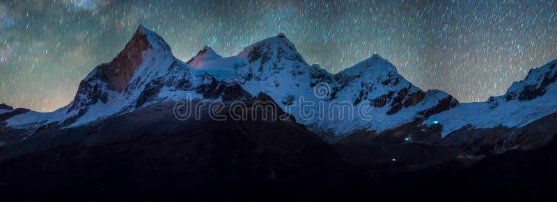Paysages avec des étoiles dans les montagnes péruviennes photo stock