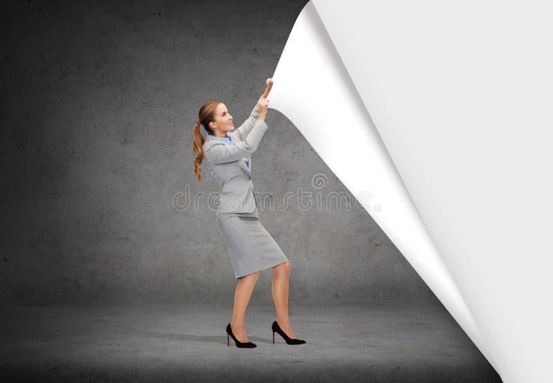 Paysages changeants de sourire de femme d'affaires image stock