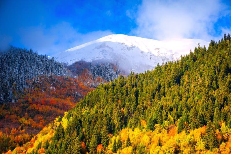 Paysages de montagne. Réunion de l'automne et de l'hiver photographie stock libre de droits