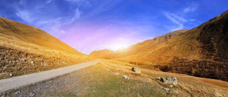 Paysages des Frances : Alpes français, route de montagne en la Savoie photographie stock libre de droits