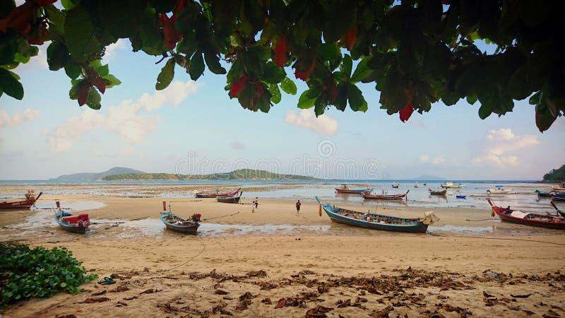 Paysages marins avec les bateaux thaïlandais photos stock