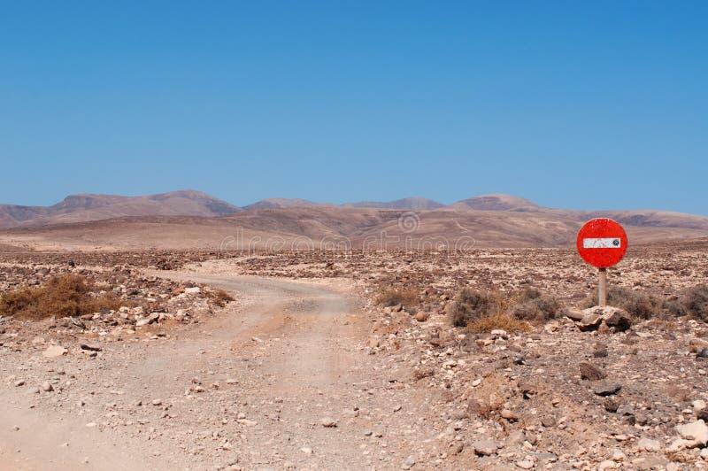Paysages martiens, un chemin de terre avec une interdiction d'accès photos libres de droits