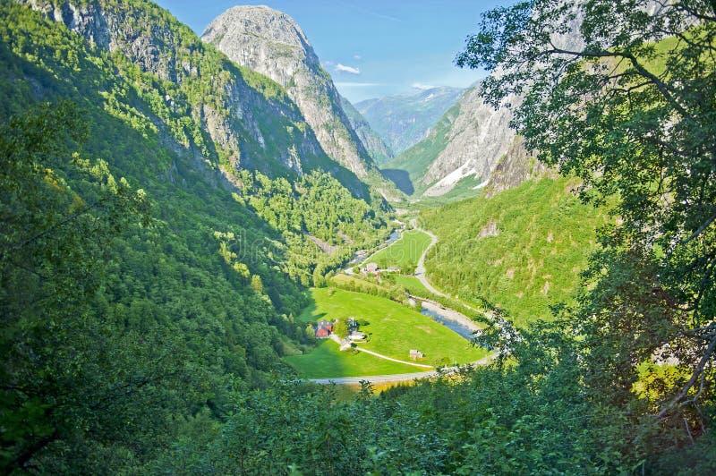 Paysages norvégiens stupéfiants sur la route de Stalheimskleiva pendant un tour d'autobus Gudvangen - Voss photo stock