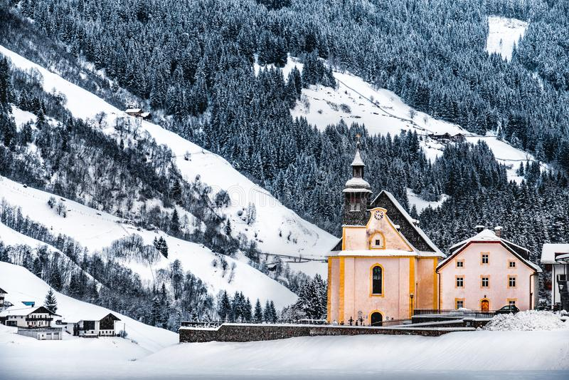 Paysages panoramiques de gel de dolomite d'alto l'Adige - église sous la chute de neige en vallée Val Ridanna de ridanna près de  images stock
