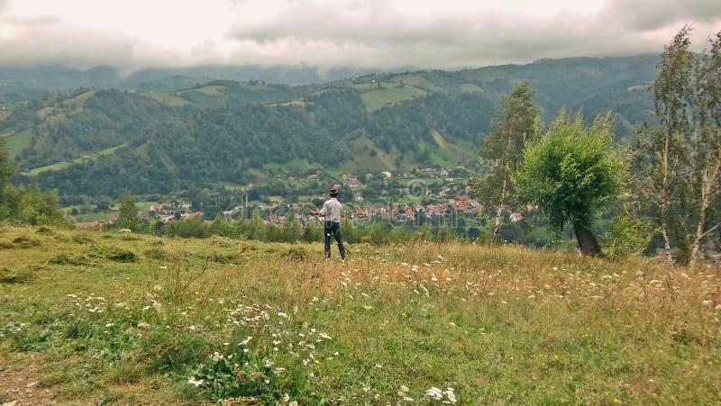 Paysan dans le fauchage de la Roumanie photo stock
