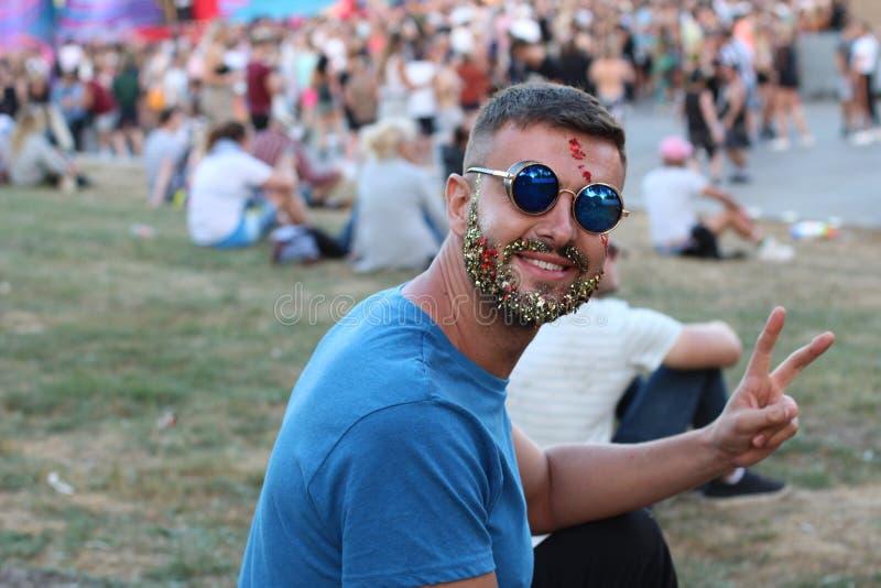 A paz de doação masculina extravagante assina o evento dentro aglomerado fotografia de stock