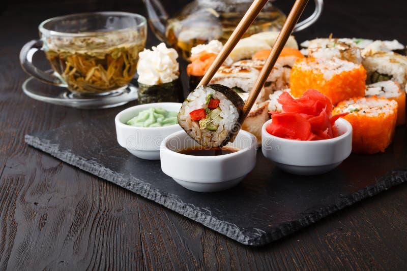 Paz deliciosa do sushi Rolls na vara Parcela dos alimentos frescos imagens de stock