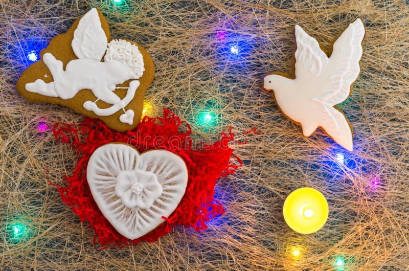 paz e amor Pomba do anjo, do coração e do branco Festão colorido Configuração lisa imagem de stock