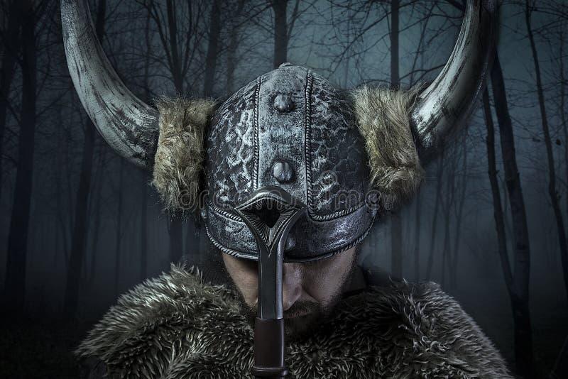 A paz, guerreiro de Viking, homem vestiu-se no estilo bárbaro com swor fotos de stock