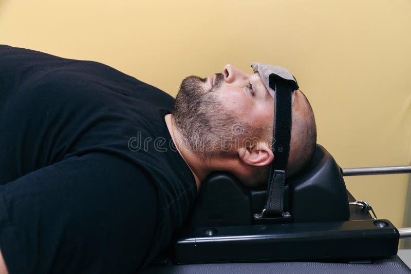 Paziente al trattamento non chirurgico della spina dorsale cervicale nel centro medico fotografia stock