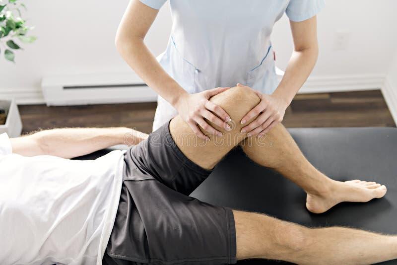 Paziente alla fisioterapia che fa gli esercizi fisici con il suo terapista immagini stock libere da diritti