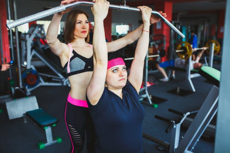 Paziente alla fisioterapia che fa gli esercizi fisici con l'istruttore fotografia stock libera da diritti