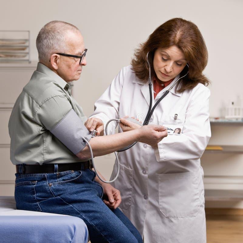 Paziente ammalato facendo pressione sanguigna catturare fotografia stock