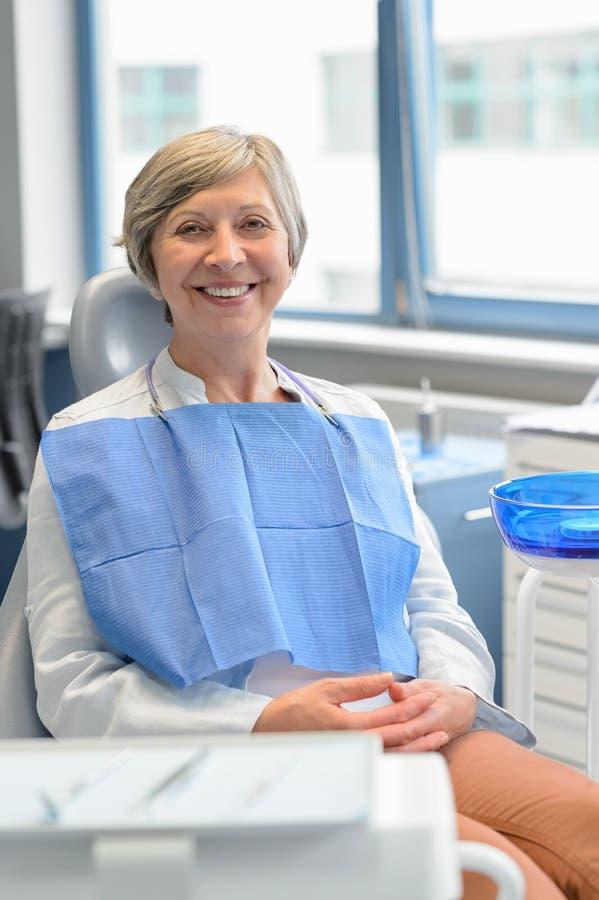 Paziente anziano della donna al controllo della chirurgia dentale fotografie stock