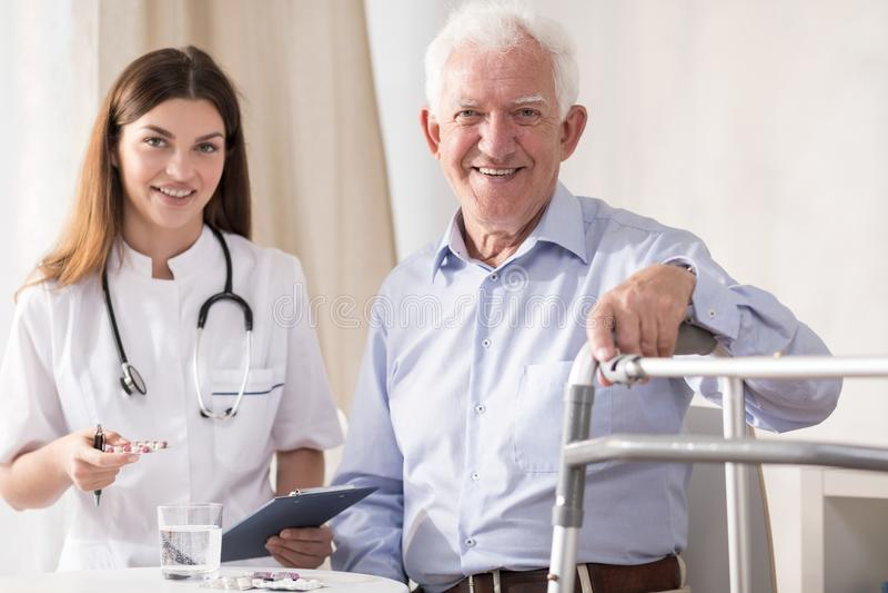 Paziente anziano di visita fotografie stock libere da diritti