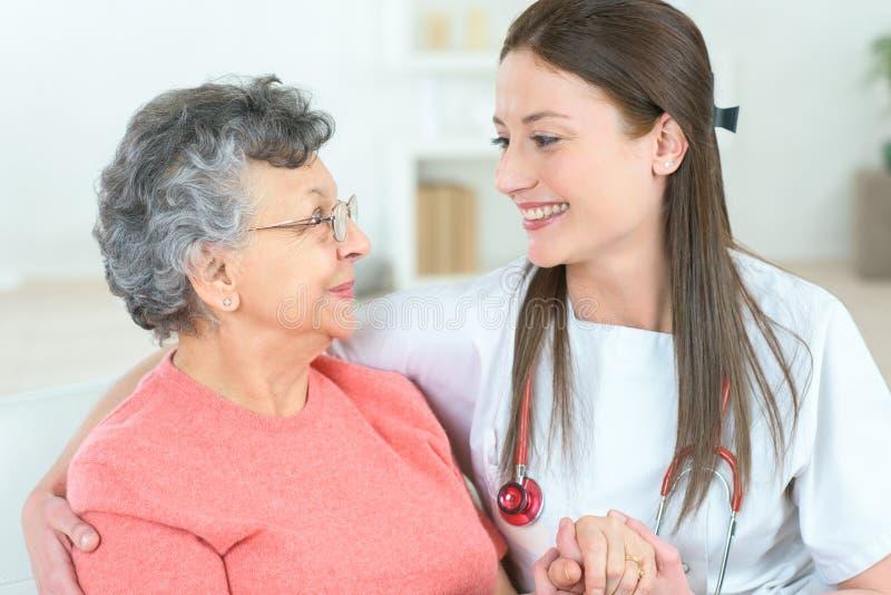 Paziente anziano di visita domestico fotografia stock libera da diritti