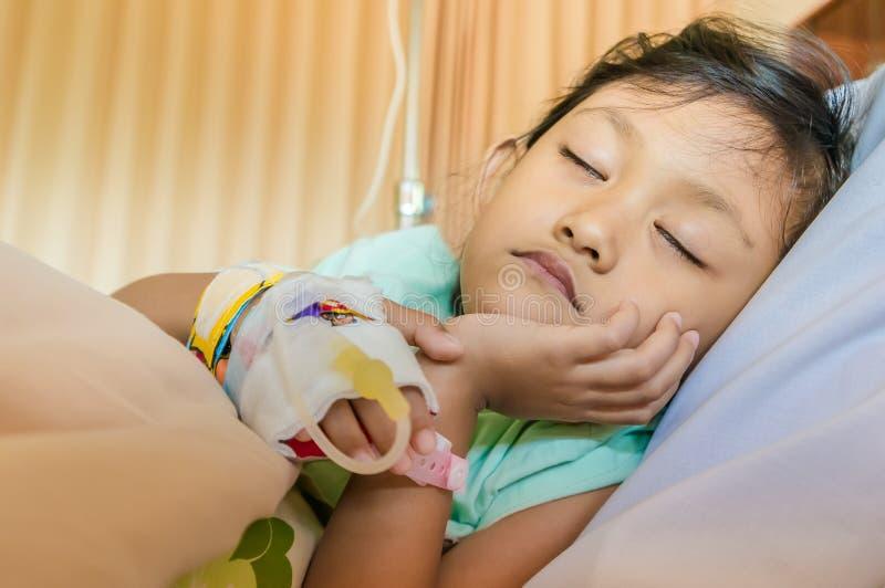 Paziente asiatico malato della bambina che dorme nell'ospedale fotografia stock