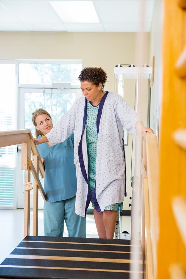 Paziente che è assistito dal terapista fisico In immagini stock