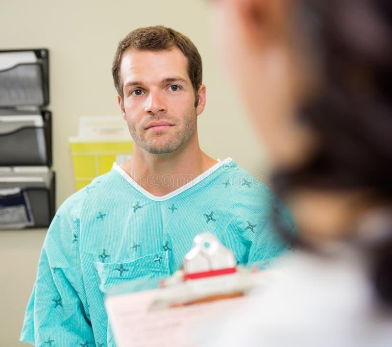 Paziente che esamina il dottore In Hospital fotografia stock libera da diritti