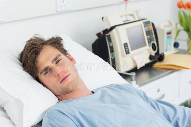 Paziente che si rilassa nel letto di ospedale immagini stock