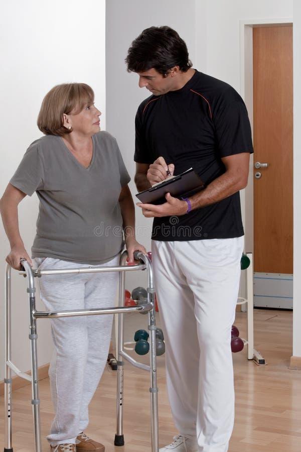 Paziente con il camminatore ed il medico fotografia stock libera da diritti
