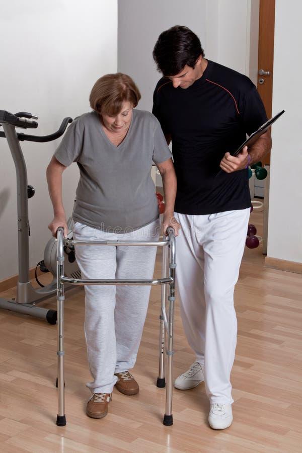 Paziente con il camminatore ed il medico fotografie stock libere da diritti