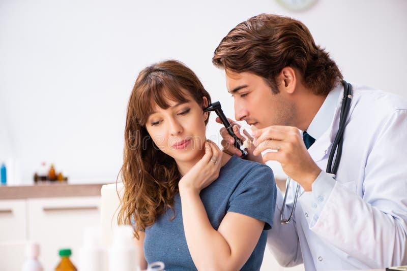 Paziente con il otorhinolaryngologi di visita di medico di problema di udienza immagini stock