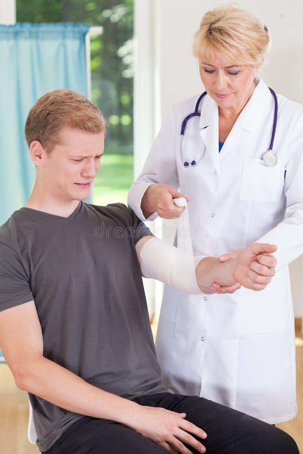 Paziente con il trauma del gomito immagine stock