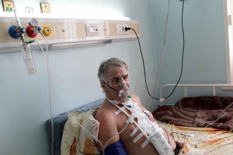 Paziente con la maschera di ossigeno fotografie stock