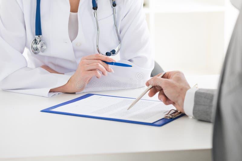 Paziente consultantesi del medico fotografia stock
