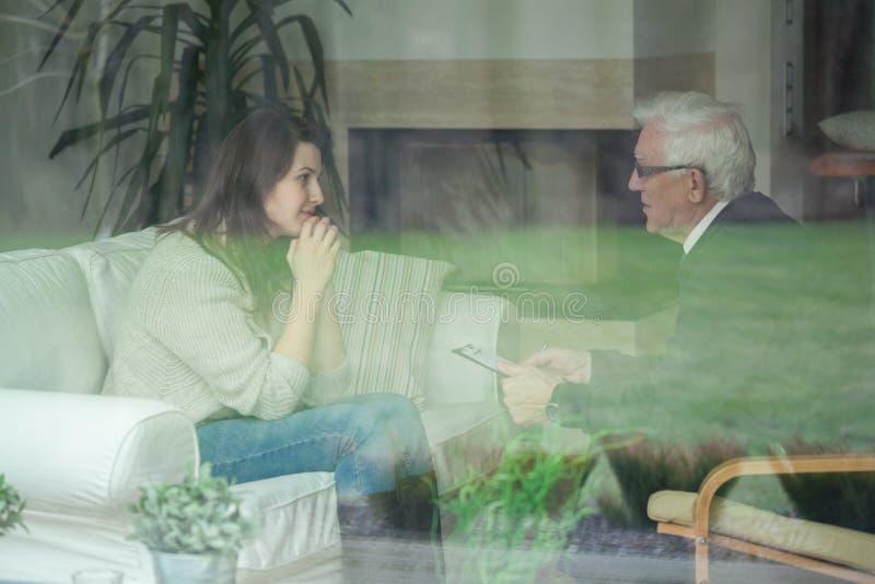 Paziente consultantesi del terapista più anziano immagini stock