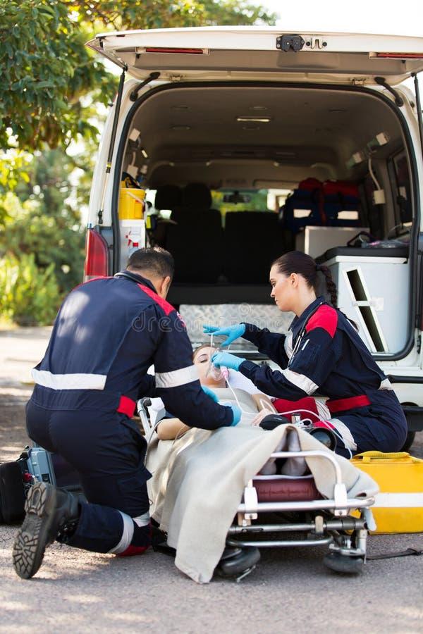 Paziente della maschera di ossigeno del paramedico immagini stock libere da diritti